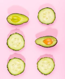 Bovenaanzicht plakjes avocado en komkommer