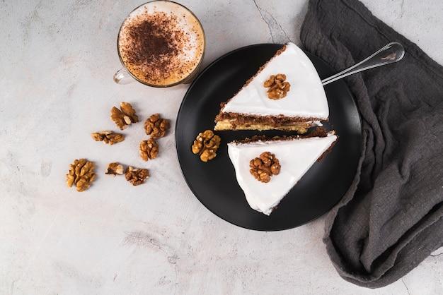 Bovenaanzicht plakjes cake op een bord