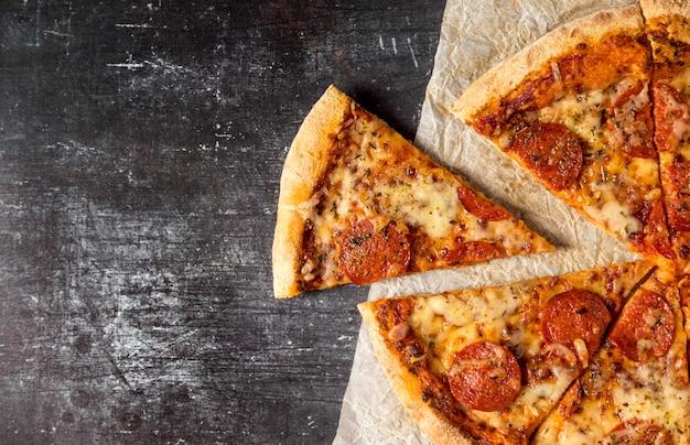 Bovenaanzicht plakjes salami pizza