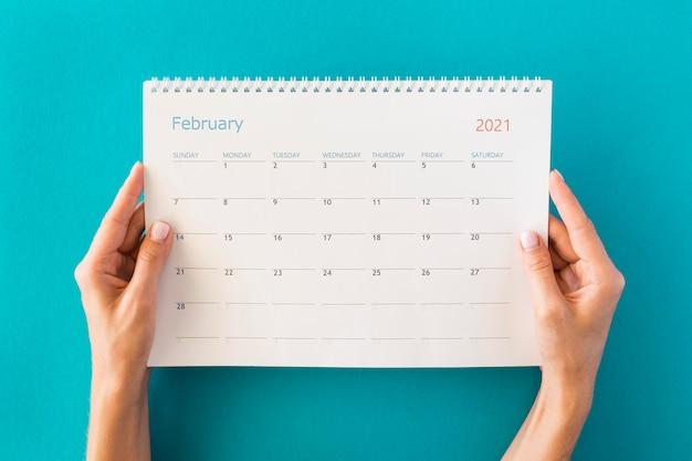 Bovenaanzicht planner kalender en handen