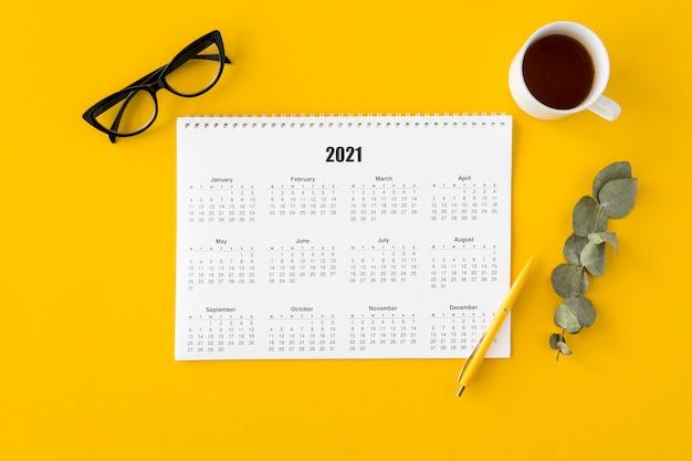 Bovenaanzicht planner kalender met bladeren