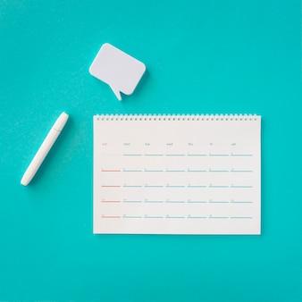 Bovenaanzicht planner-kalender met praatjebel