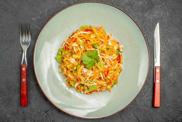 Bovenaanzicht plantaardige kipsalade binnen bord op grijze dieet gezondheidsvoedselsalade