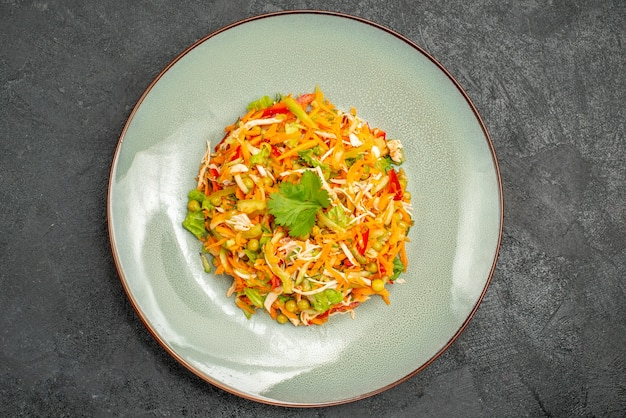 Bovenaanzicht plantaardige kipsalade binnen bord op het donkere dieetvoedsel voor de gezondheidssalade