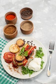 Bovenaanzicht plantaardige maaltijd met greens en kruiden op de witte achtergrond plantaardige maaltijd maaltijd diner schotel