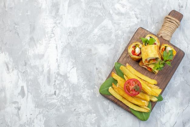 Bovenaanzicht plantaardige patérolletjes met frietjes op witte ondergrond