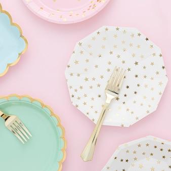 Bovenaanzicht plastic borden en vorken