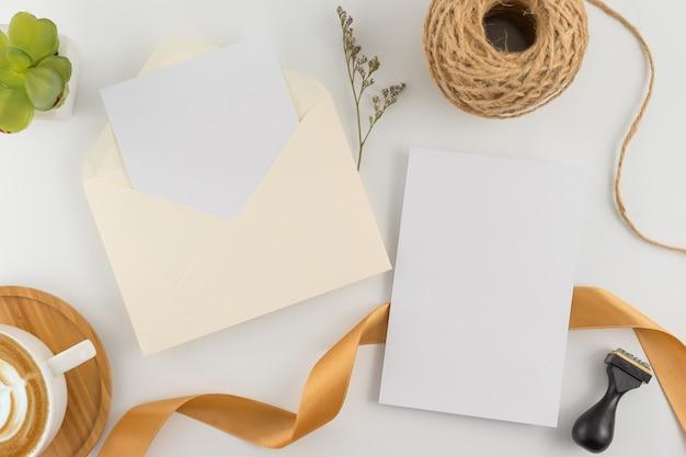 Bovenaanzicht, plat lag, bruiloft uitnodigingskaart, enveloppen, kaarten papieren op witte achtergrond.