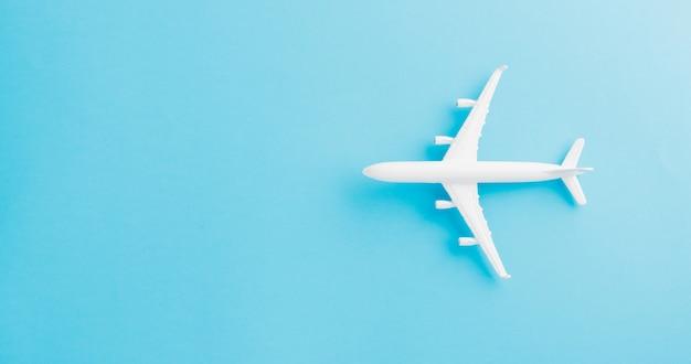 Bovenaanzicht plat leggen van minimaal speelgoed model vliegtuig, vliegtuig