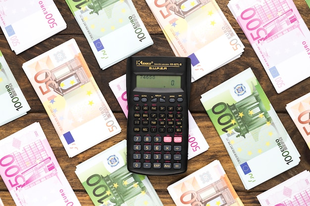 Bovenaanzicht pocket calculator op eurobankbiljetten