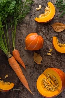 Bovenaanzicht pompoenen en wortelen arrangement
