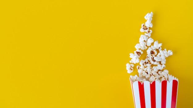 Bovenaanzicht popcorn met kopie ruimte