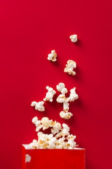 Bovenaanzicht popcorn op rode achtergrond