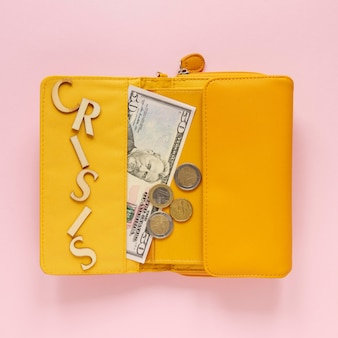 Bovenaanzicht portemonnee met geld