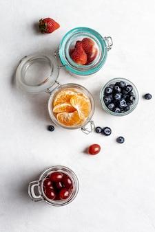 Bovenaanzicht pot met fruit arrangement