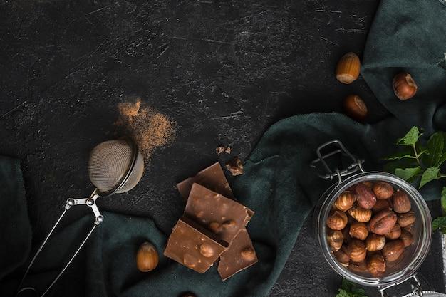 Bovenaanzicht pot met hazelnoten en chocolade