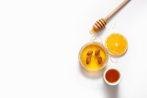 Bovenaanzicht pot met honing en stok