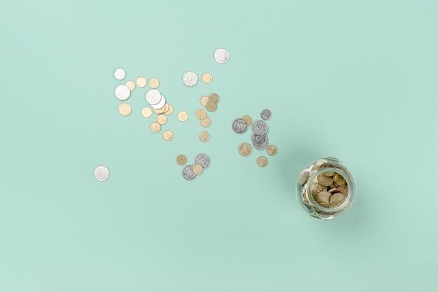 Bovenaanzicht pot met munten