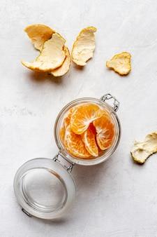 Bovenaanzicht pot met stukjes sinaasappel
