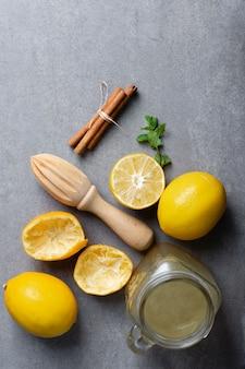 Bovenaanzicht pot met zelfgemaakte limonade