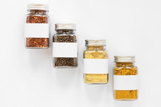 Bovenaanzicht potjes met labels arrangement
