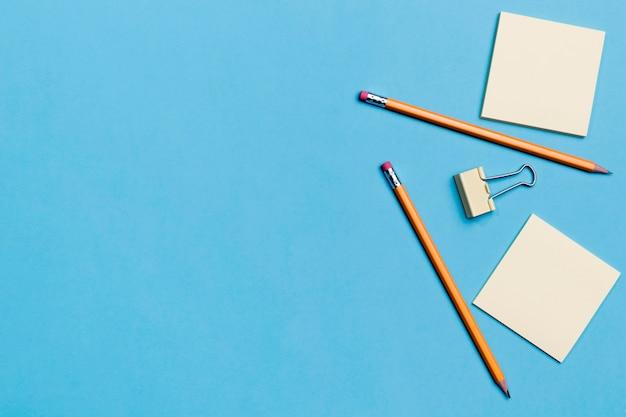Bovenaanzicht potloden met plaknotities op tafel