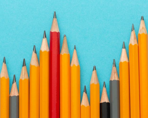 Bovenaanzicht potloden op blauwe achtergrond