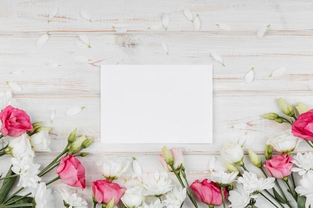 Bovenaanzicht prachtige lente bloemen arrangement met lege kaart