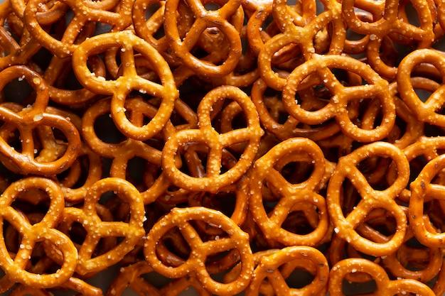 Bovenaanzicht pretzels arrangement