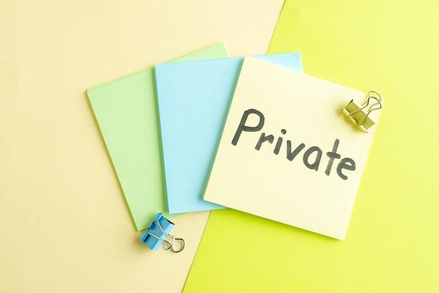 Bovenaanzicht privé geschreven notitie op gekleurde achtergrond voorbeeldenboek salaris baan geld kantoor school bedrijf kleur college