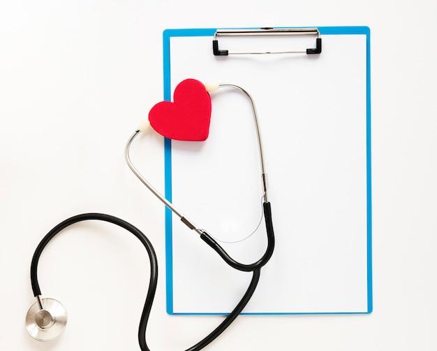 Bovenaanzicht professionele stethoscoop met hart