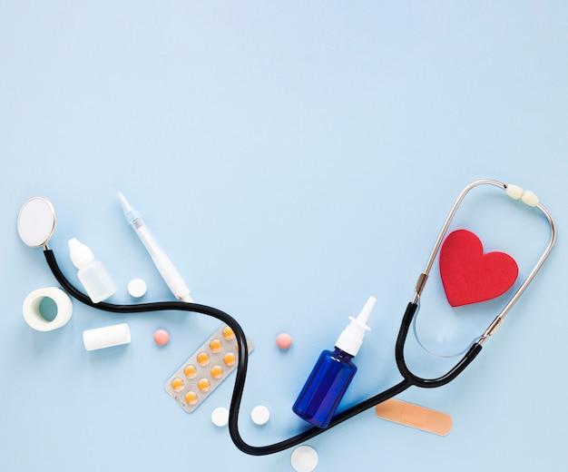Bovenaanzicht professionele stethoscoop met pillen