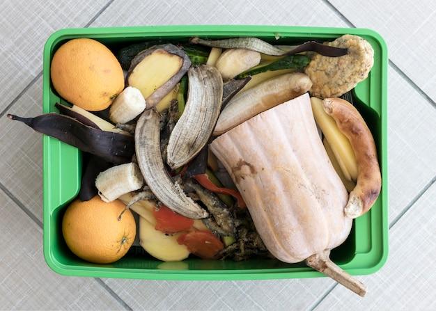 Bovenaanzicht prullenbak met biologische groenten