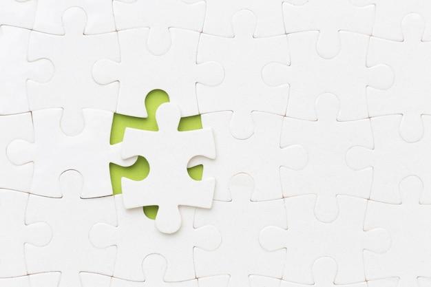 Bovenaanzicht puzzel met één stuk niet gefixeerd