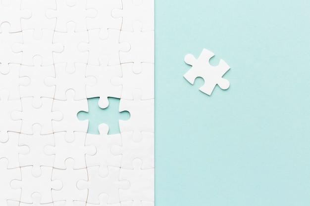 Bovenaanzicht puzzel met een stuk ontbreekt