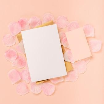 Bovenaanzicht quinceañera arrangement met lege kaart en envelop