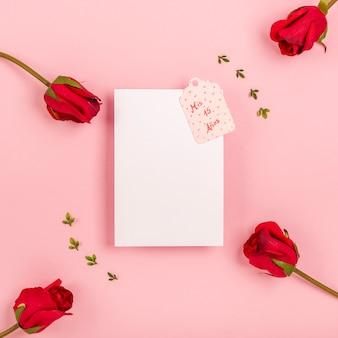 Bovenaanzicht quinceañera arrangement voor feestvarken met lege kaart
