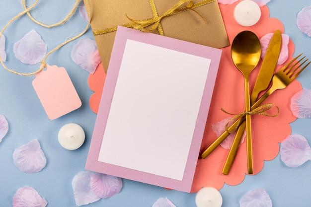 Bovenaanzicht quinceañera assortiment met lege kaart