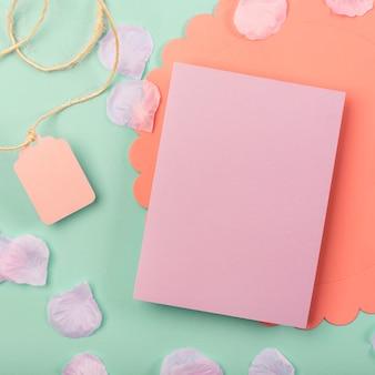 Bovenaanzicht quinceañera compositie voor feestvarken met roze kaart