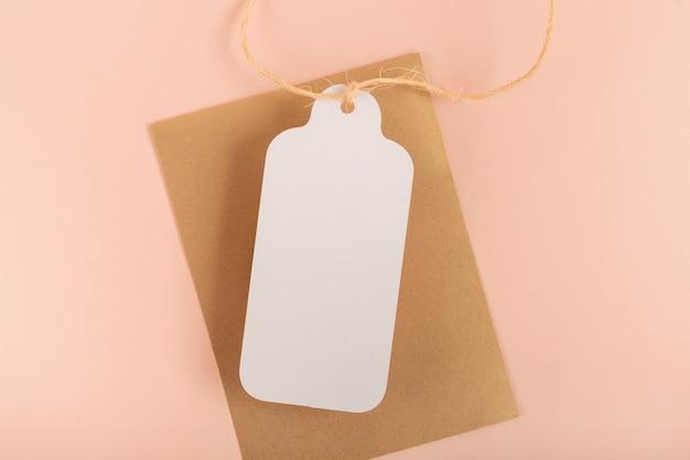 Bovenaanzicht quinceañera compositie voor feestvarken met witte tag