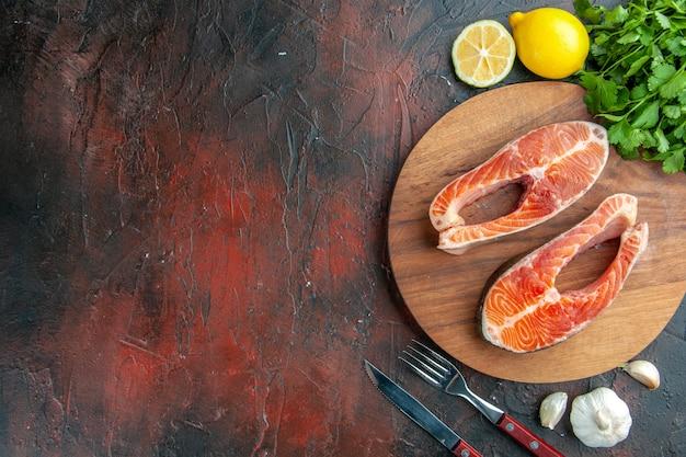 Bovenaanzicht rauw vlees plakjes op donkere achtergrond