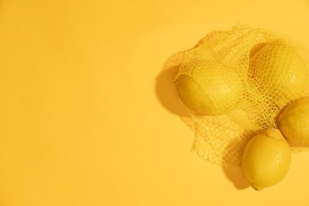 Bovenaanzicht rauwe citroenen in een zak