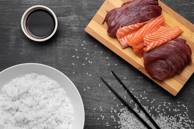 Bovenaanzicht rauwe vis en rijst arrangement