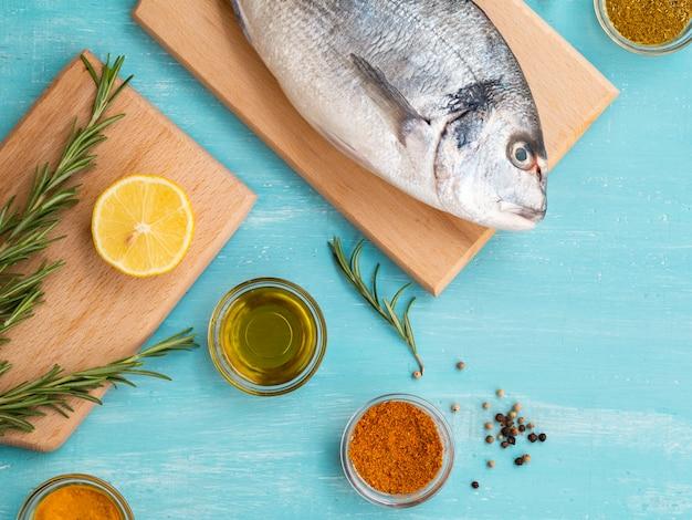 Bovenaanzicht rauwe vis op een houten bord