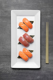Bovenaanzicht rauwe vis op plaat Gratis Foto
