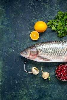 Bovenaanzicht rauwe vis radijs peterselie granaatappel in kleine kom citroen op tafel met vrije ruimte