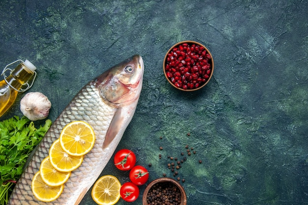Bovenaanzicht rauwe vis tomaten schijfjes citroen op tafel vrije ruimte