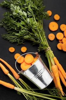 Bovenaanzicht rauwe wortelen arrangement