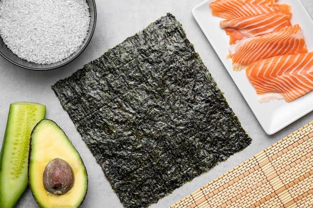 Bovenaanzicht rauwe zalm en avocado