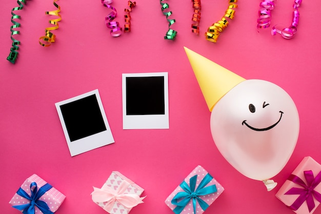 Bovenaanzicht regeling met ballon en confetti